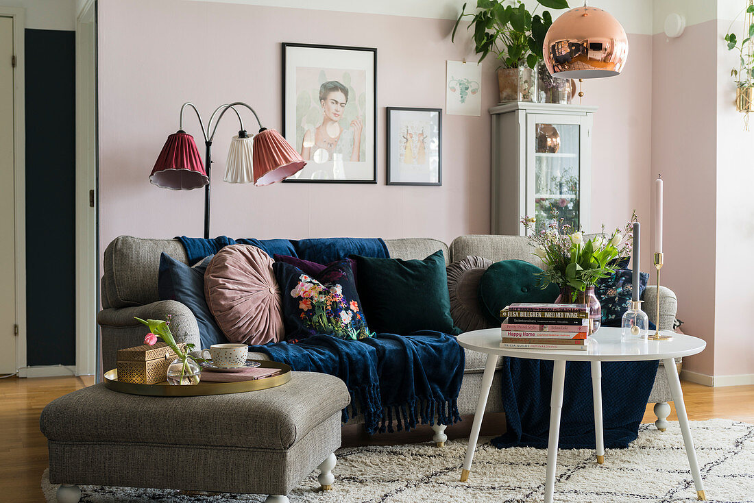 Granny chic in living room with pink … – Buy image – 12374076 ❘ living4media