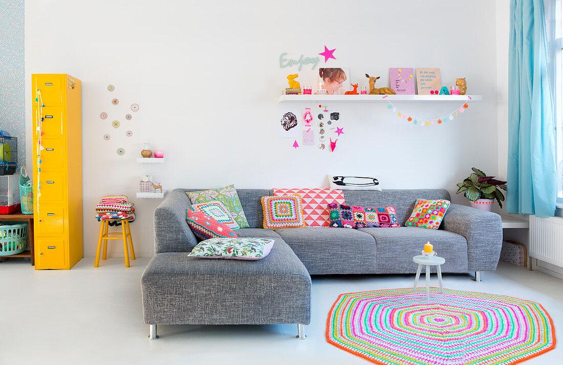 Graues Sofa Auf Weissem Boden Im Bild Kaufen 12823802 Living4media