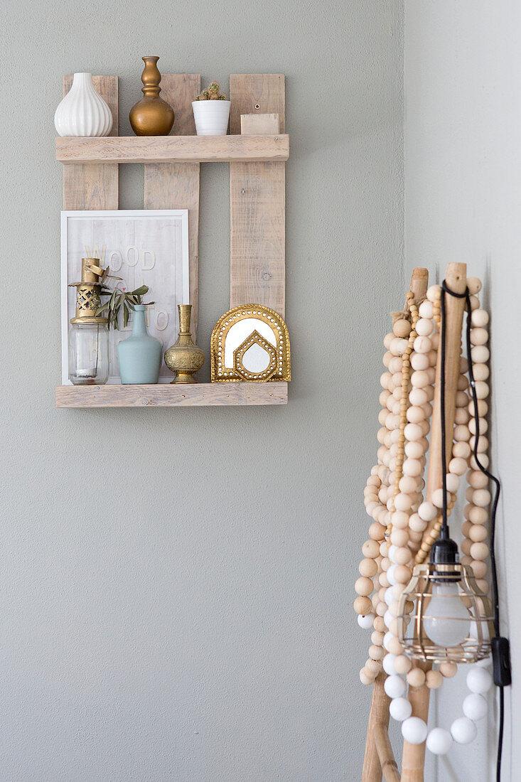 Rustikales kleines Wandregal aus Brettern mit Deko im Boho-Stil
