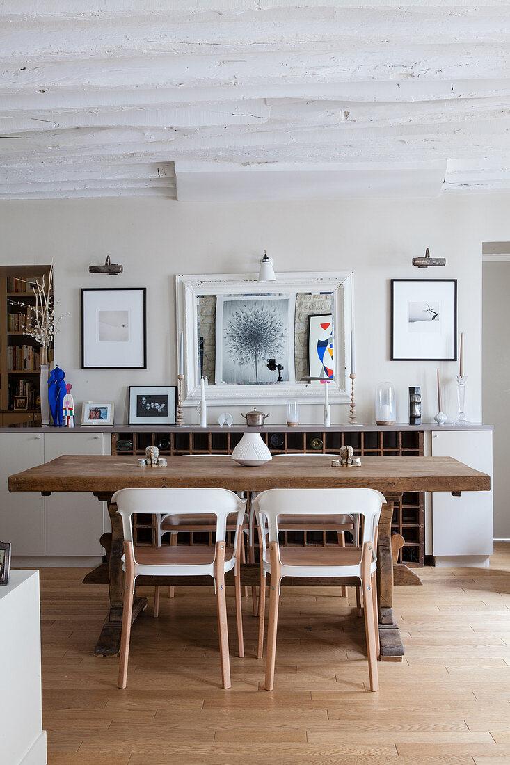 Moderne Stuhle Am Rustikalen Holztisch Bild Kaufen 12580862 Living4media