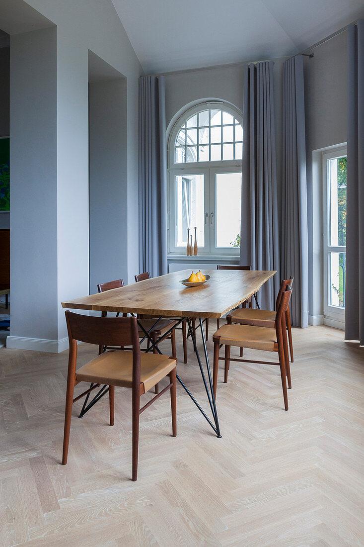 Esstisch Mit Holzplatte Und Stuhle Vor Bild Kaufen 12595720 Living4media