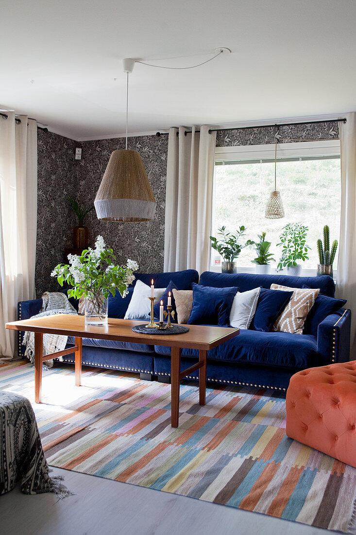 Dunkelblaues Sofa im Wohnzimmer mit … - Bild kaufen ...