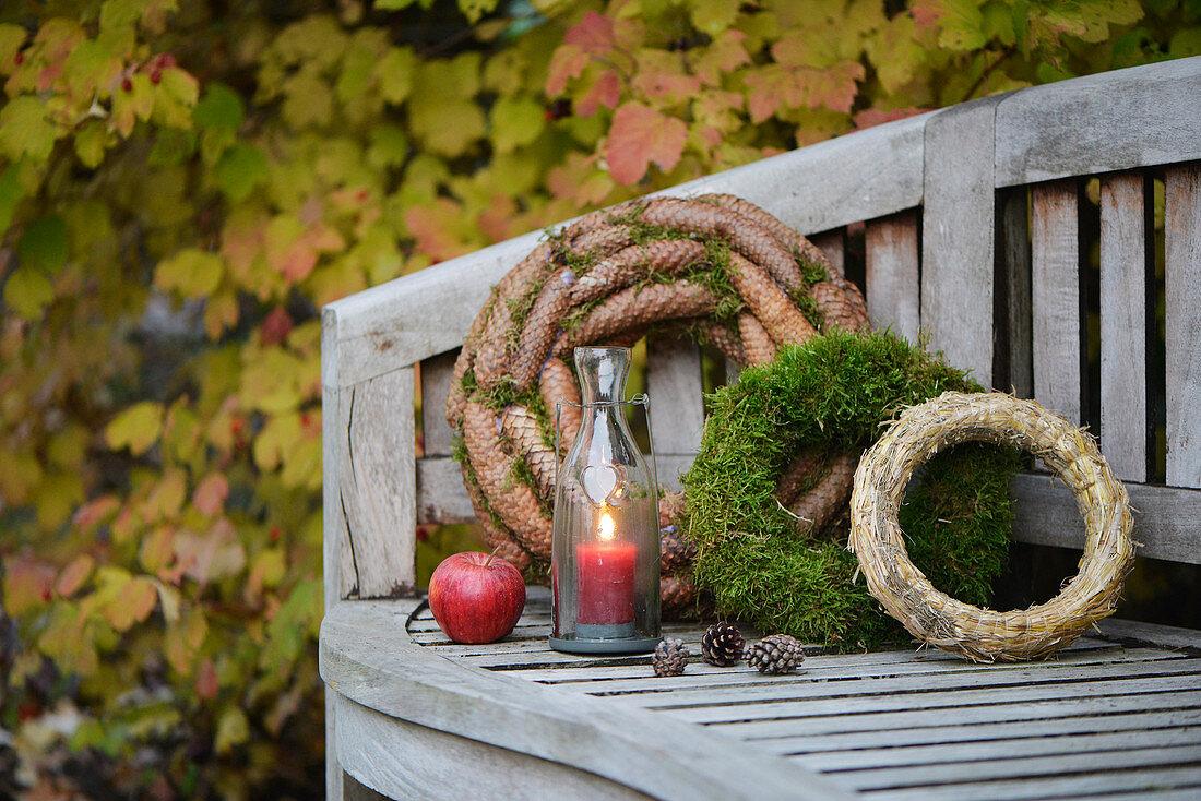 Gartenbank Dekoriert Mit Kranzen Moos Bild Kaufen 12661646 Living4media