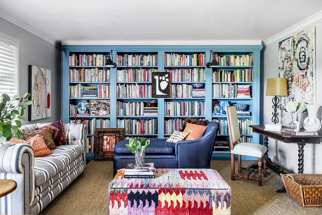 Wohnzimmer im Stilmix mit himmelblauer … – Bild kaufen – 12667382 living4media