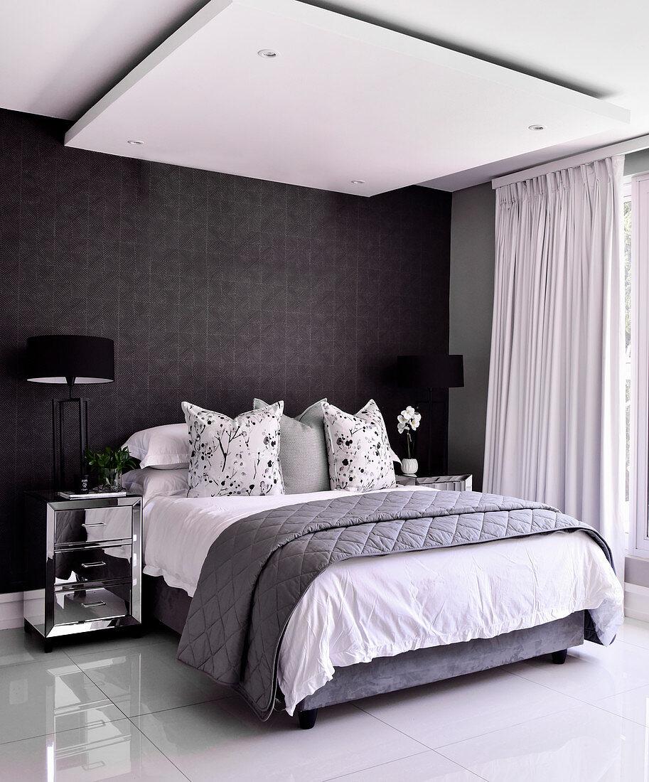 Doppelbett im Schlafzimmer mit … – Bild kaufen –
