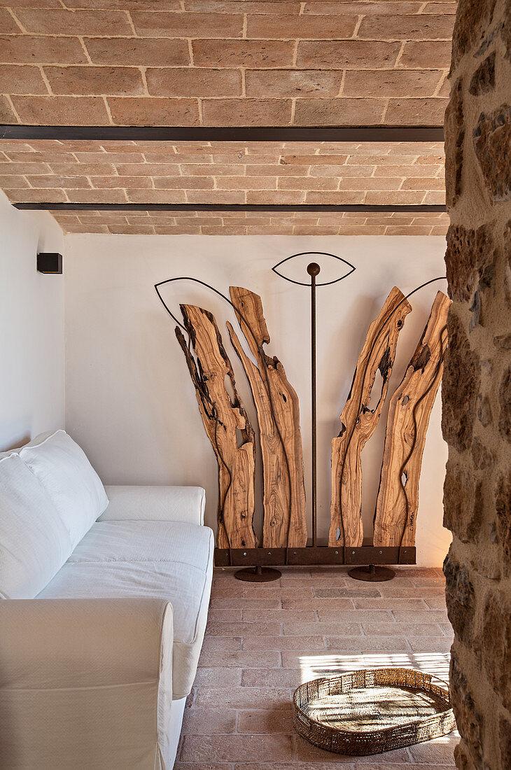 Skulptur aus Altholz und Metall im mediterranen Wohnzimmer