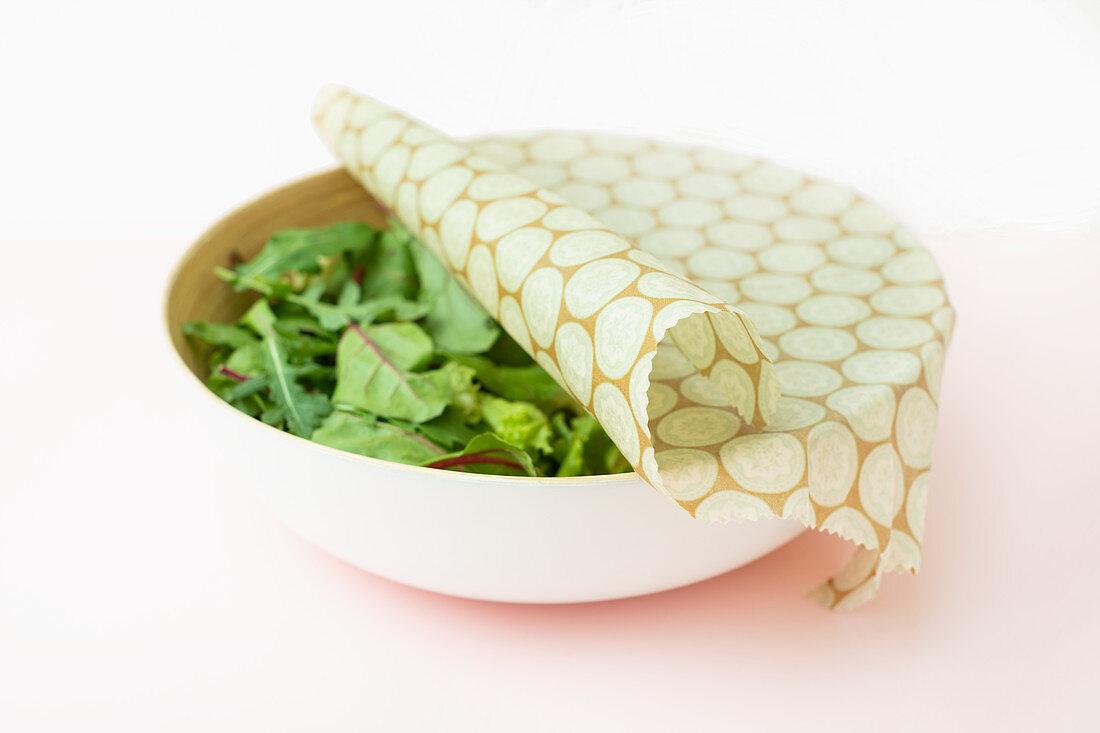 Selbstgemachtes Wachstuch zur Frischehaltung von Lebensmitteln wie Salat