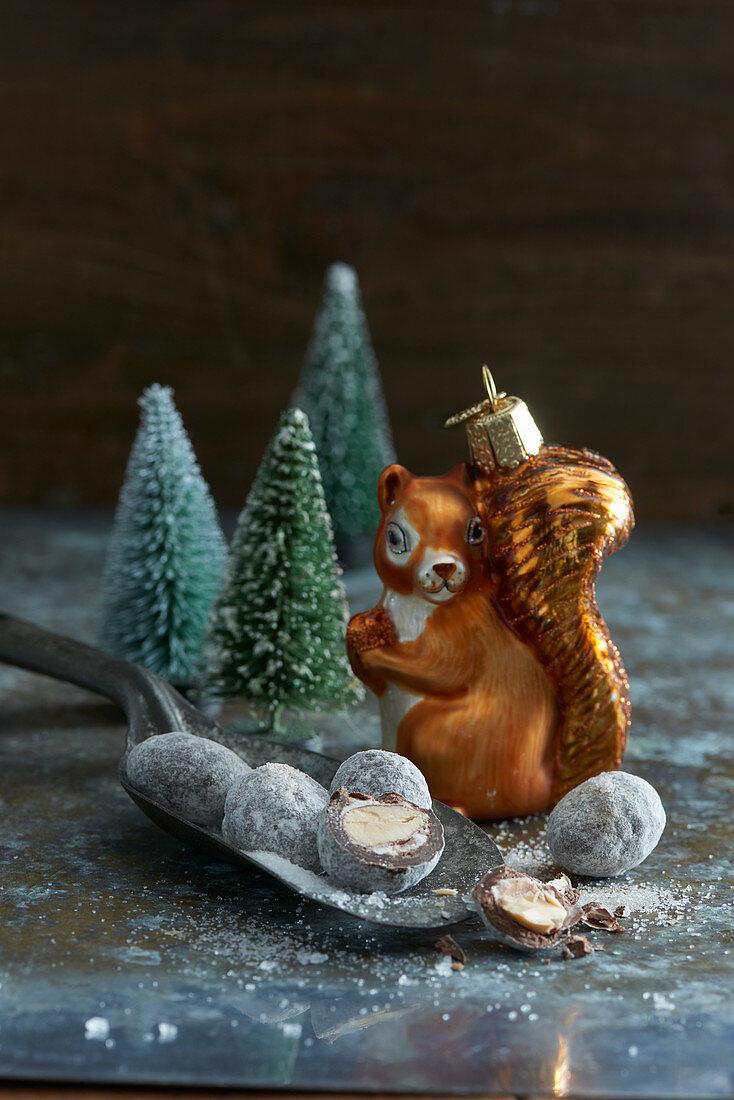 Weihnachtskonfekt, Eichhörnchen-Baumschmuck und Tannenbäumchen