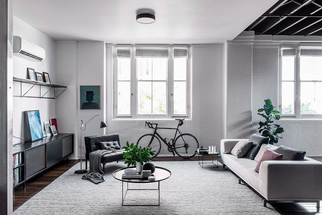 Modernes Wohnzimmer in Grautönen im hellen Loft