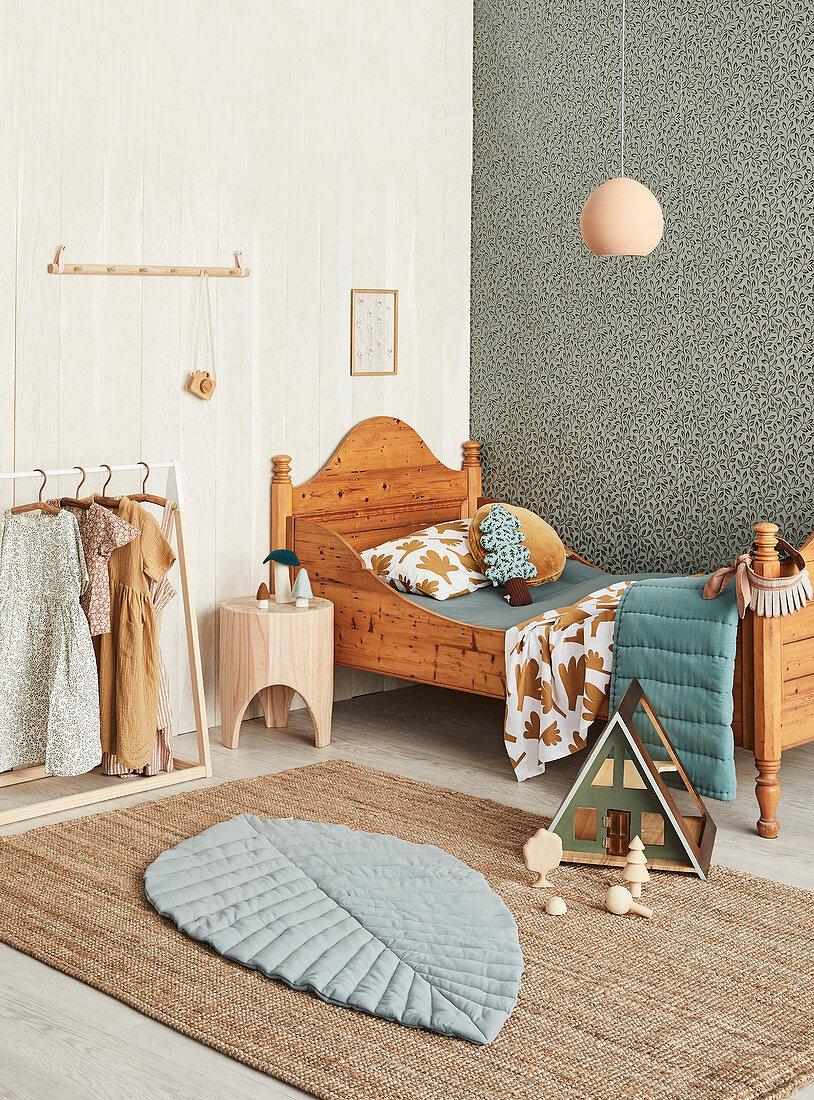 Klassisches Holzbett im Kinderzimmer in Naturtönen