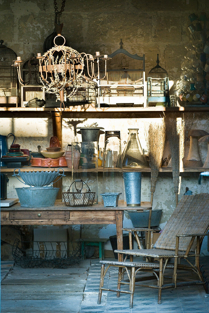 Antikes und nostalgisches Gartenzubehör in Gartenpavillon