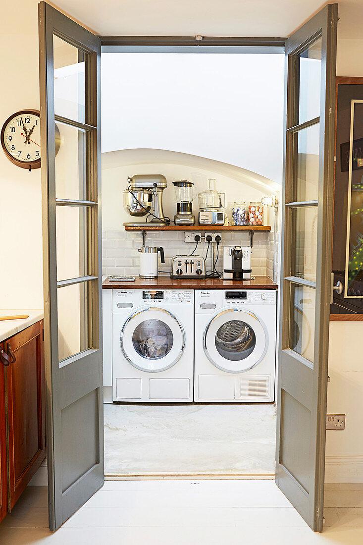 Waschmaschine und Trockner in einer Küche