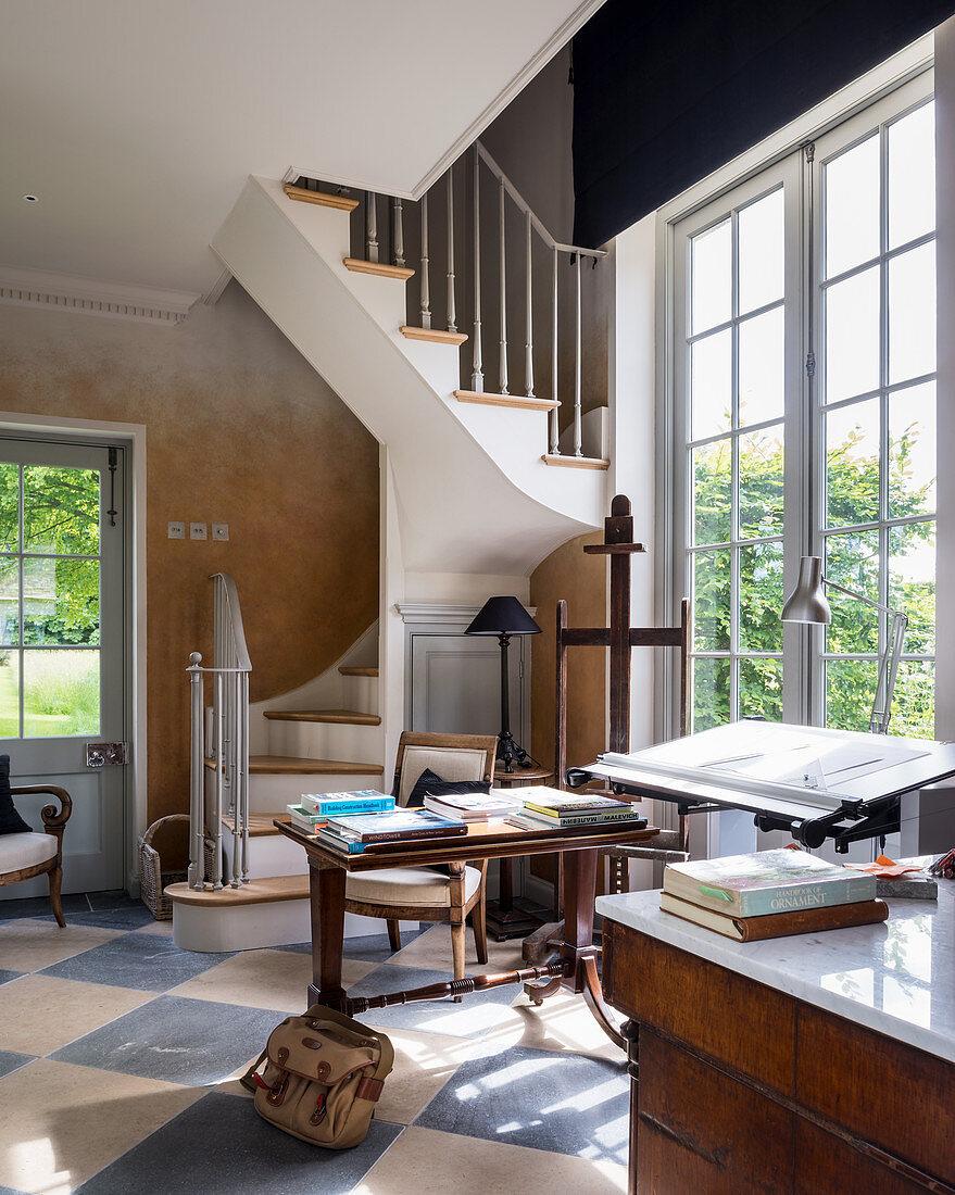 Klassisches Wohnzimmer mit gewendelter  – Buy image – 10