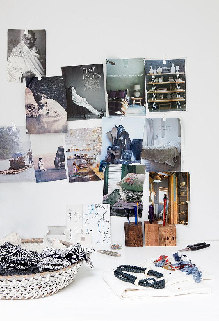 Bilder aus Zeitschriften an der Wand überm Schreibtisch