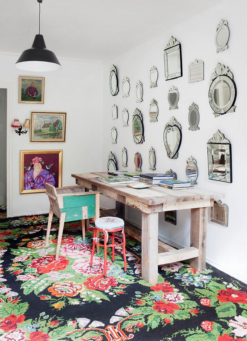 Sammlung venezianischer Spiegel an der Wand überm Schreibtisch