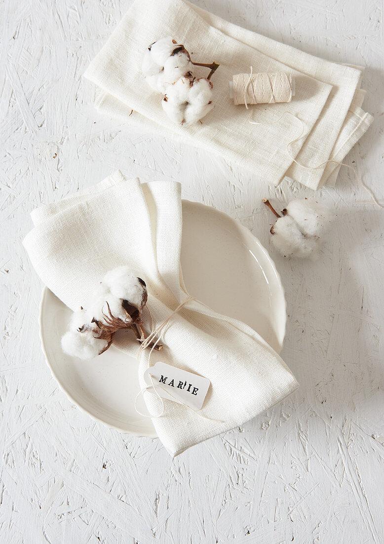 Cotton bolls decorating napkins