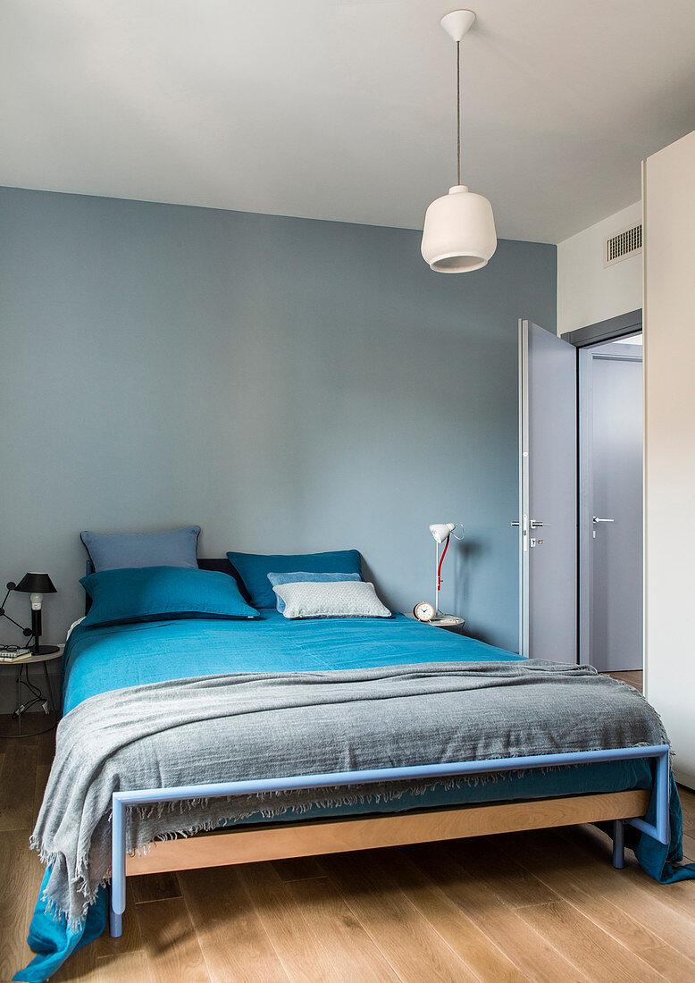 Bett Mit Blau Grauer Bettwasche In Bild Kaufen 12998804 Living4media