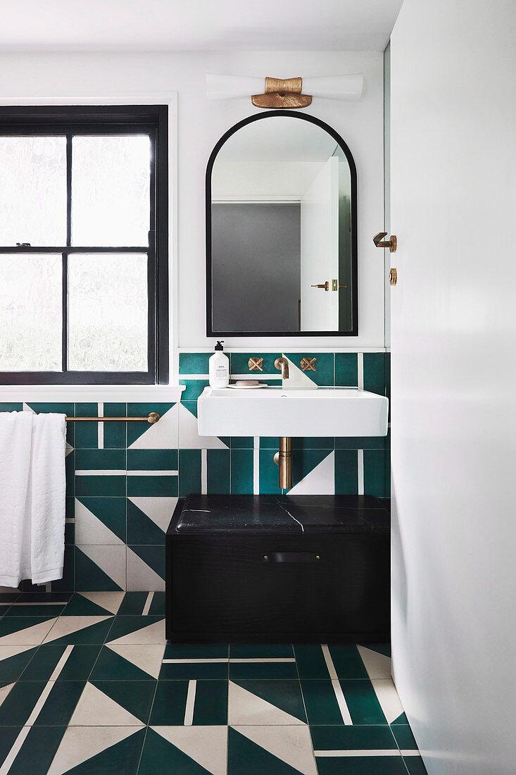 Badezimmer mit Fliesen in Petrol und … – Bild kaufen – 20 ...