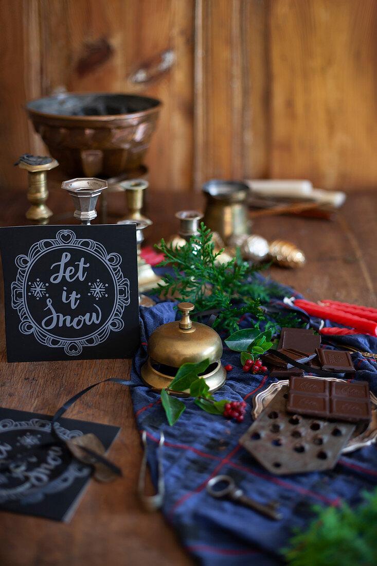 Stilleben mit antiker Klingel, Küchenreibe und Kerzenleuchter