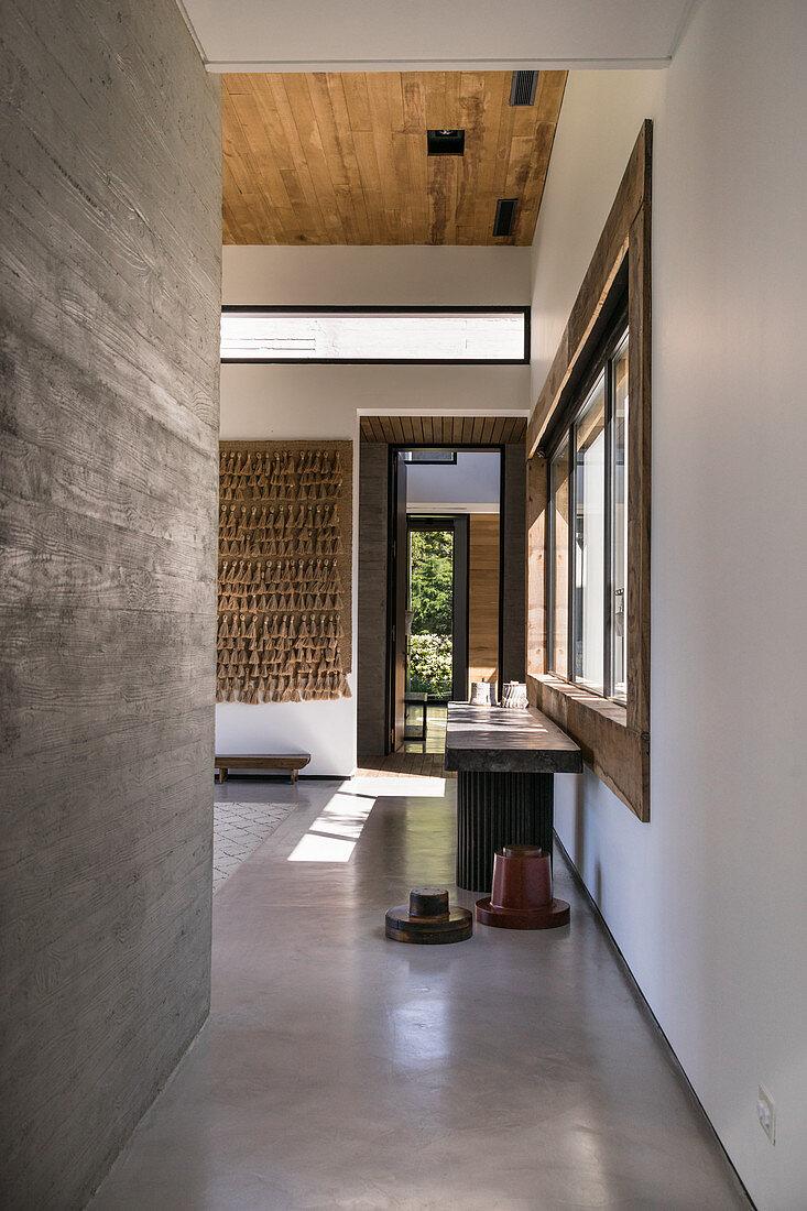 Flur im modernen Architektenhaus mit Wänden und Boden aus Beton
