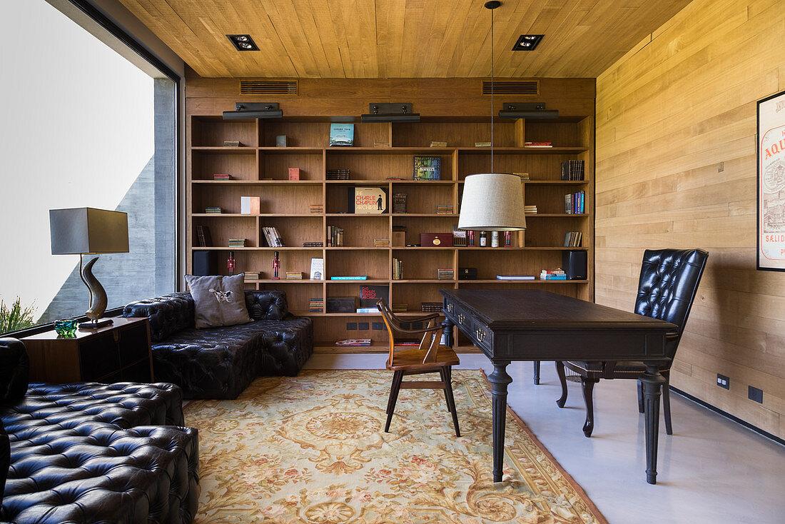 Maskulines Arbeitszimmer mit antikem Schreibtisch und Ledersofa