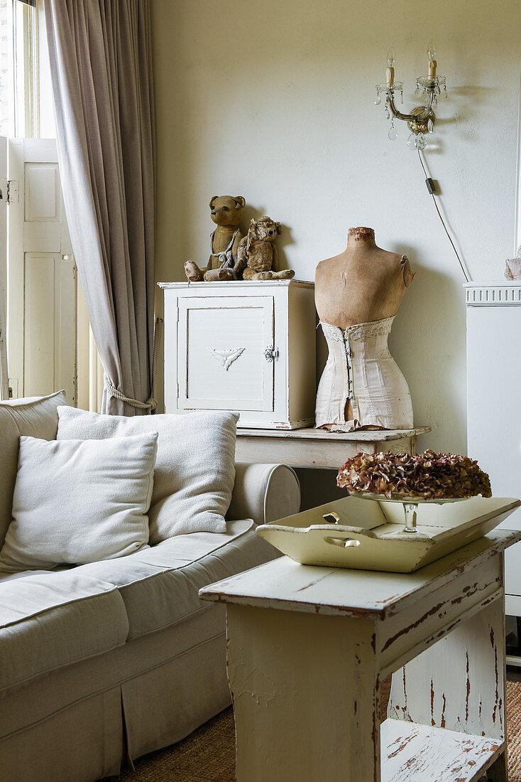 Wohnzimmer im Shabby Chic mit alter Bank als Couchtisch vorm Sofa