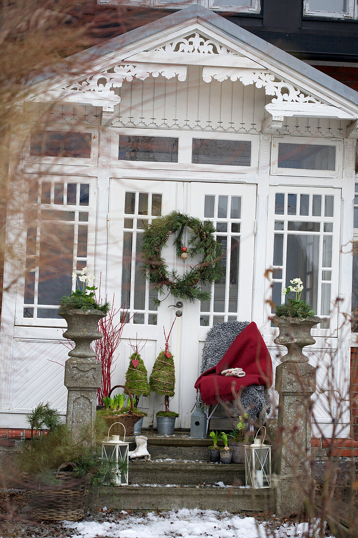 Weihnachtlich dekorierte Veranda