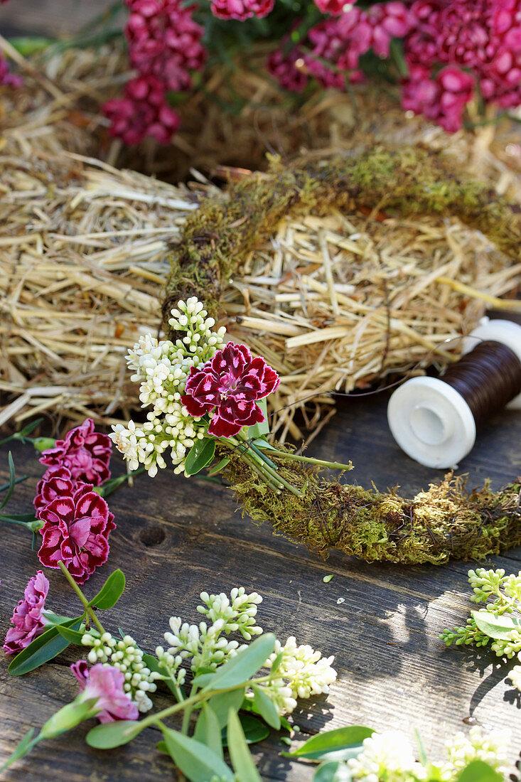 Kranz aus Ligusterblüten und Nelken binden