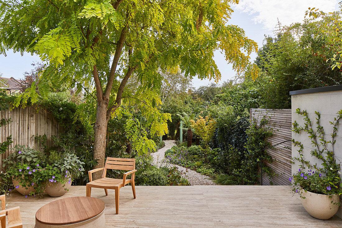 Terrasse mit Stuhl, Blick in den Garten … – Bild kaufen – 20 ...
