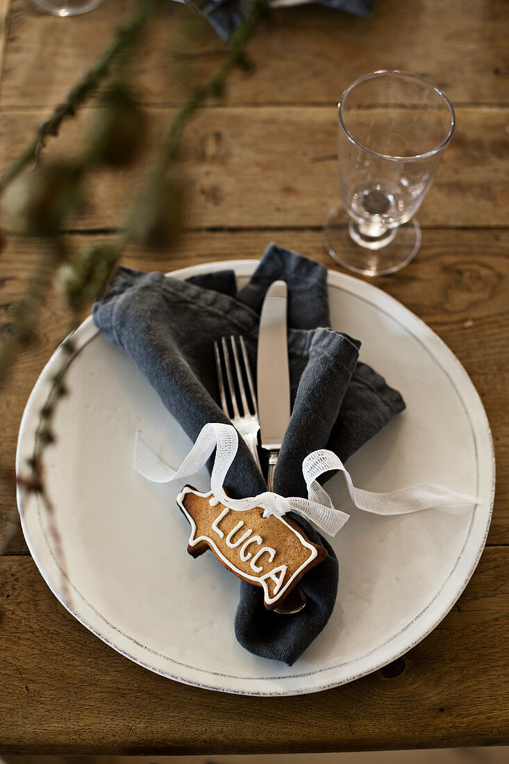 Christmas place setting decorated with gingerbread piggy name card