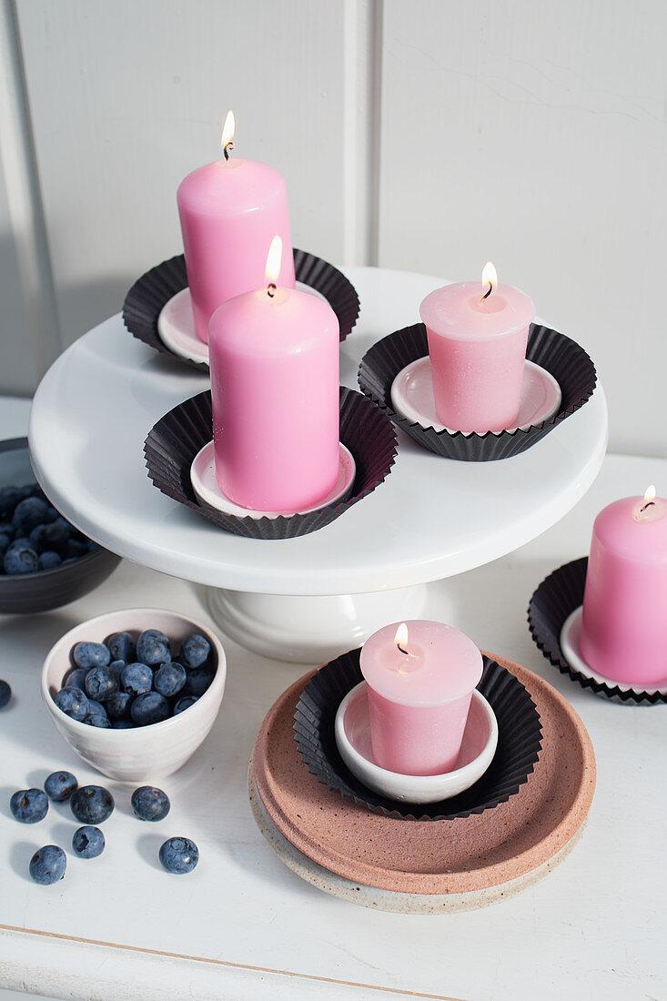 Kerzen in schwarzen Muffin-Manschetten