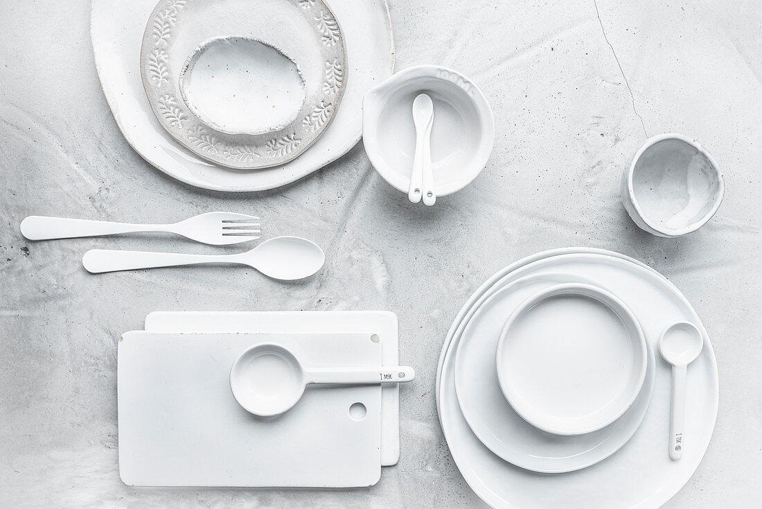 Blick auf weißes Geschirr