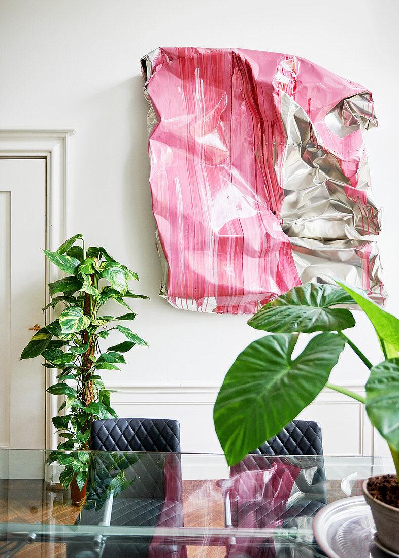 Kunstwerk aus Aluminium als Wanddekoration, Zimmerpflanzen, Glastisch und Stühle