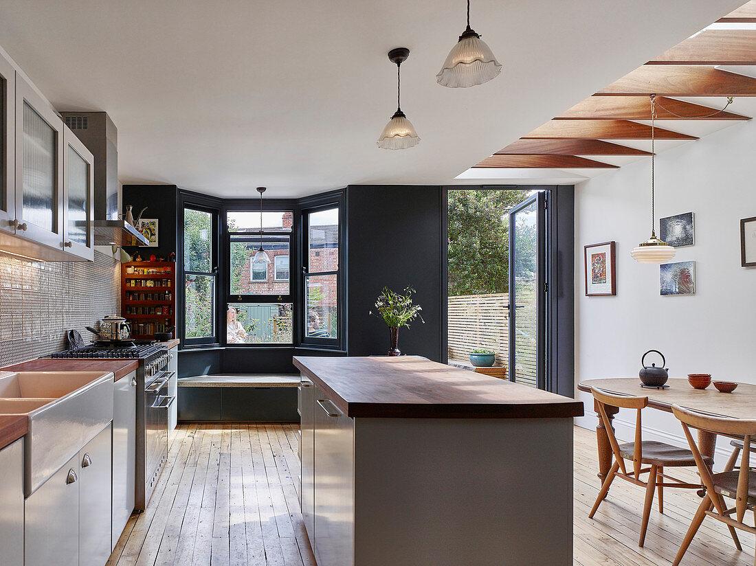 Klassische Wohnküche mit Erkerfenster und Gartenzugang