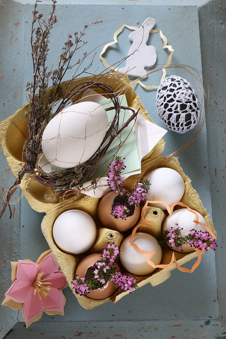 Romantische Osterdeko im Eierkarton mit Erika und Eiern