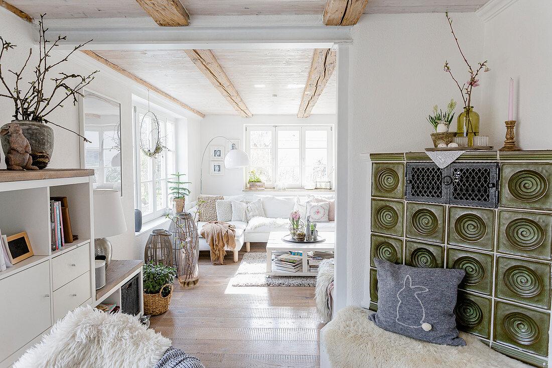 Grüner Kachelofen im Wohnzimmer im modernen Landhausstil