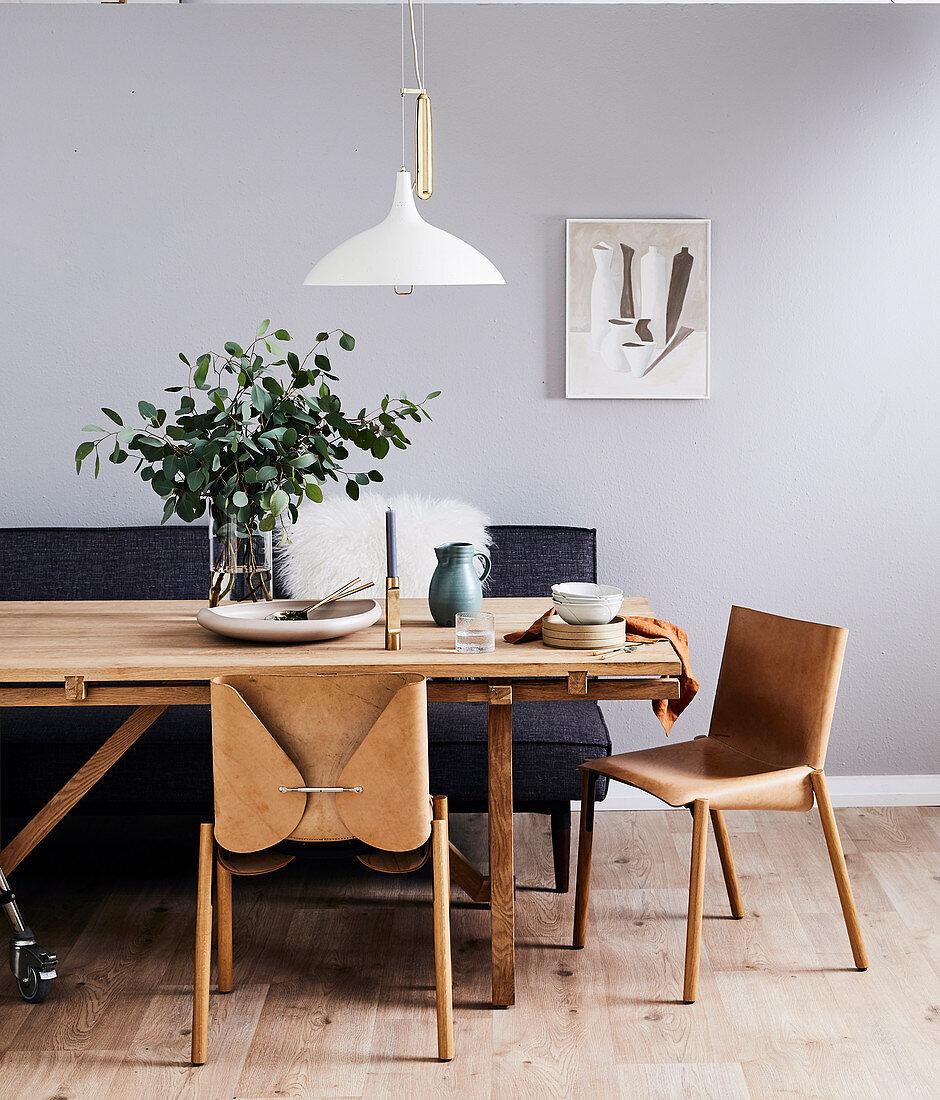 Lederstühle und Polsterbank am Holztisch im Esszimmer