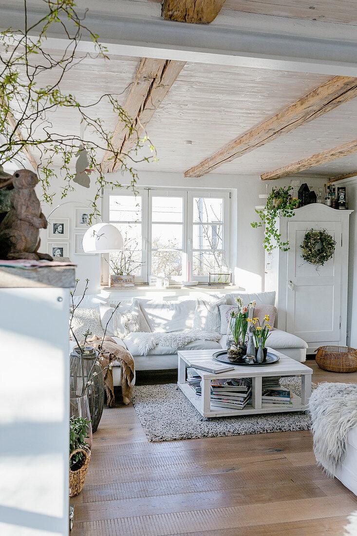 Sonniges und gemütliches Wohnzimmer im Landhausstil