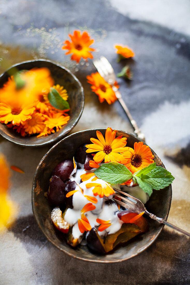 Pflaumendessert mit Joghurt und Ringelblumen
