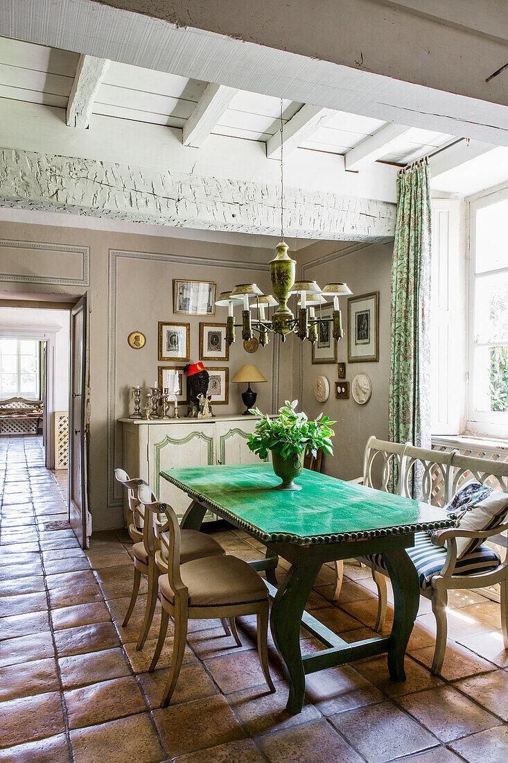 Tisch mit Platte aus grün glasierter Keramik im Esszimmer