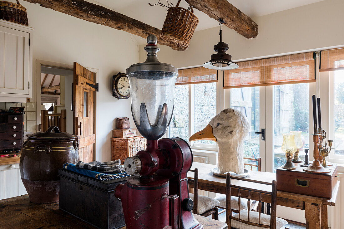 Amerikanische Kaffeemühle aus den 1920er Jahren und großer Gänsekopf in der Küche einer renovierten Scheune