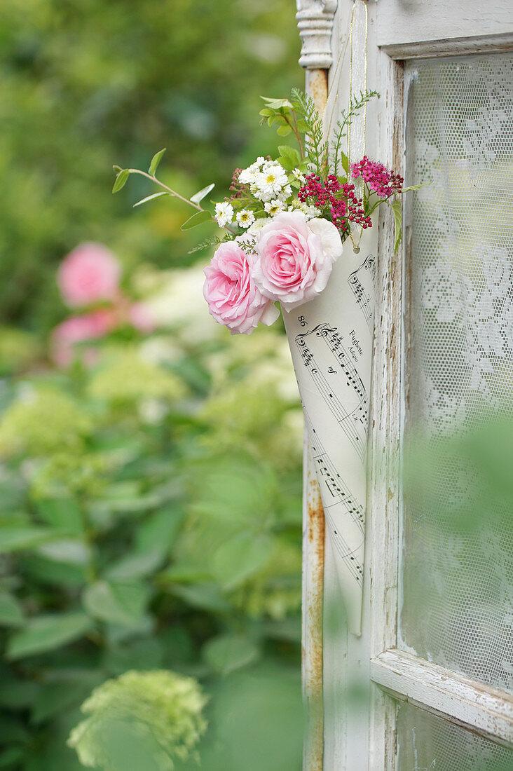 Kleiner Strauß aus Rosenblüten, Bertramsgarbe und Spierstrauch