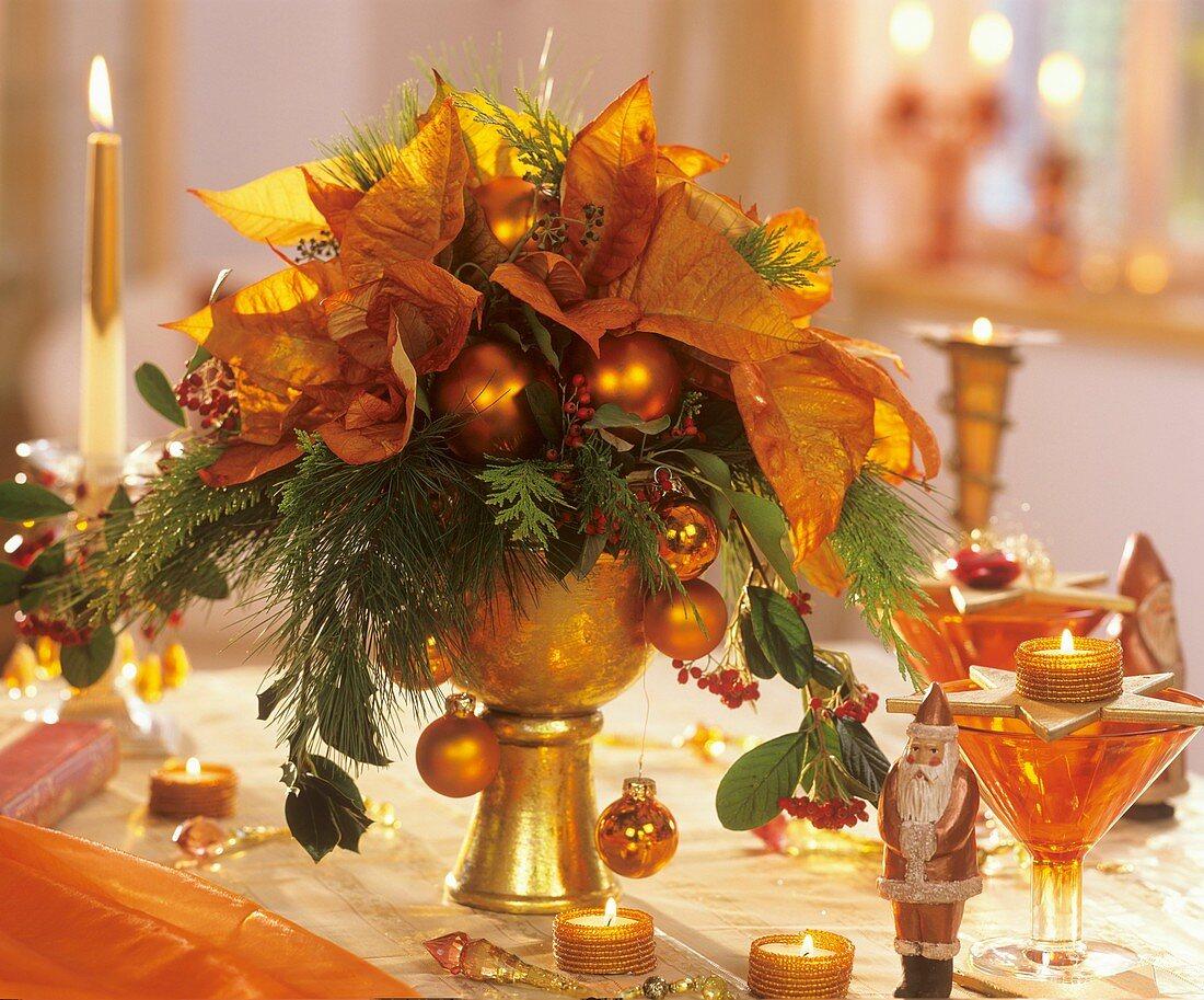 Adventlicher Strauss mit Weihnachtsstern und Baumkugeln