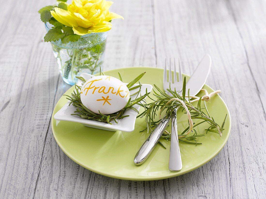 Gedeck mit Frühstücksei als Tischkarte