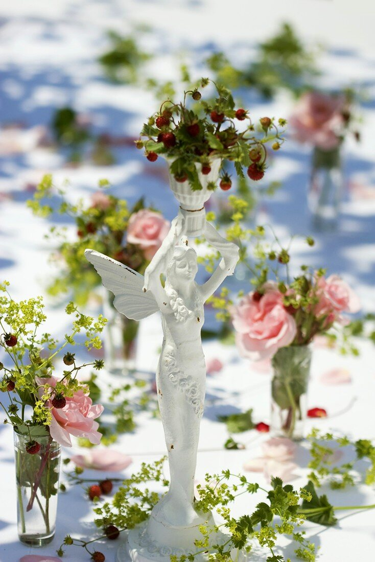 Table decorations: roses, wild strawberries & lady's mantle