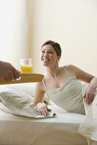 Frau bekommt ihr Frühstück ans Bett … - Bild kaufen