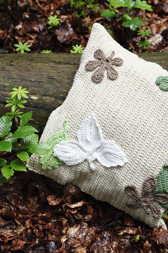 Crocheted cushion cover with crocheted appliqu