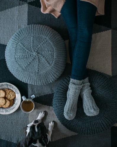 A kitted pouffe made from a mixed woollen yarn