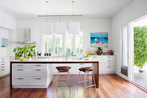 Kücheninsel mit weissen Unterschränken … – Bild kaufen – 11425618 living4media