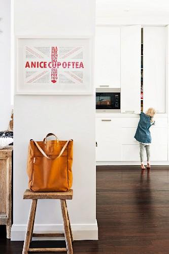 Trennwand zwischen Flurbereich & Küche mit Hocker als Ablagefläche